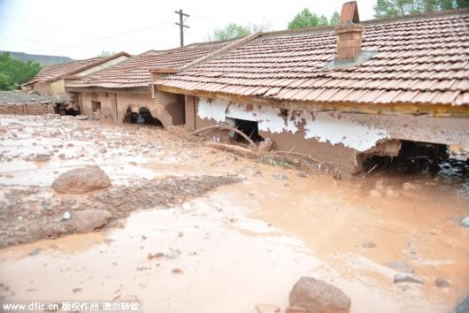 Chiny - Błyskawiczna powódź w dwóch prefekturach, lawiny błotne zalały wioski 2