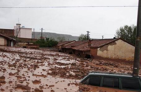 Chiny - Błyskawiczna powódź w dwóch prefekturach, lawiny błotne zalały wioski 3
