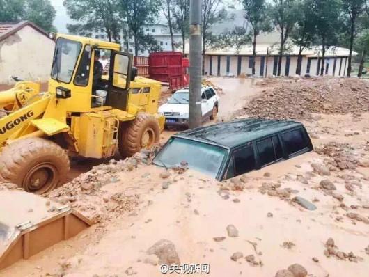 Chiny - Błyskawiczna powódź w dwóch prefekturach, lawiny błotne zalały wioski 4