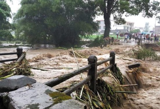 Chiny - Błyskawiczna powódź w dwóch prefekturach, lawiny błotne zalały wioski 6