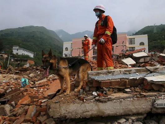 Bei einem Beben in der Region Xinjiang kamen mehrere Personen ums Leben. Im Bild Retter im Einsatz bei einem Beben im vergangenen August in der südlichen Provinz Yunnan.