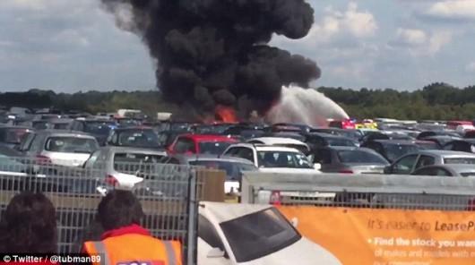 Hampshire, UK - Prywatny samolot z czterema osobami na pokładzie rozbił się na lotnisku Blackbushe