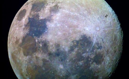 ISS na tle Księżyca