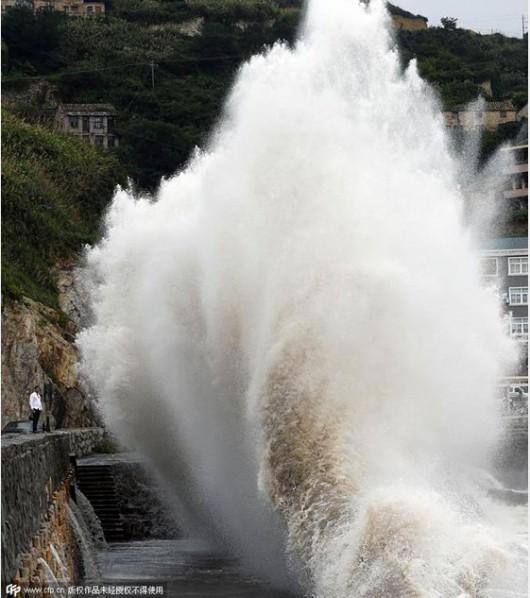Japonia - 12-metrowe fale wywołał supertajfun Chan-hom 4