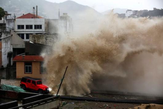Japonia - 12-metrowe fale wywołał supertajfun Chan-hom 5