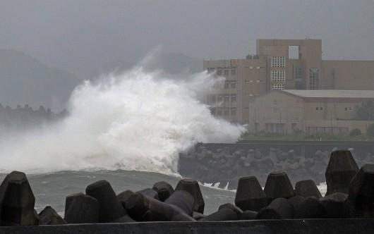 Japonia - 12-metrowe fale wywołał supertajfun Chan-hom