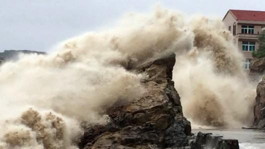 Japonia - 12-metrowe fale wywołał supertajfun Chan-hom 6