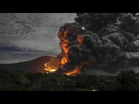 Jawa, Indonezja - Pięć lotnisk zostało zamkniętych z powodu erupcji wulkanu Raung