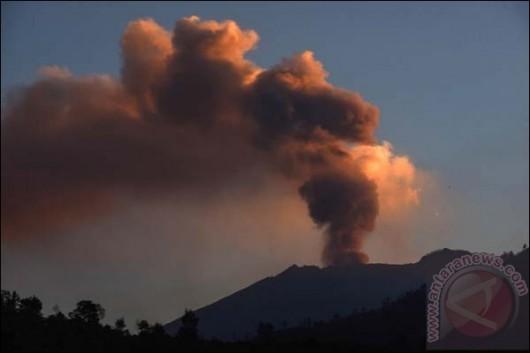 Jawa, Indonezja - Wstrzymany ruch lotniczy i zamknięte lotniska, wszystko z powodu dużej aktywności wulkanu Raung -1