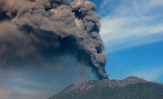 Jawa, Indonezja - Wstrzymany ruch lotniczy i zamknięte lotniska, wszystko z powodu dużej aktywności wulkanu Raung -2