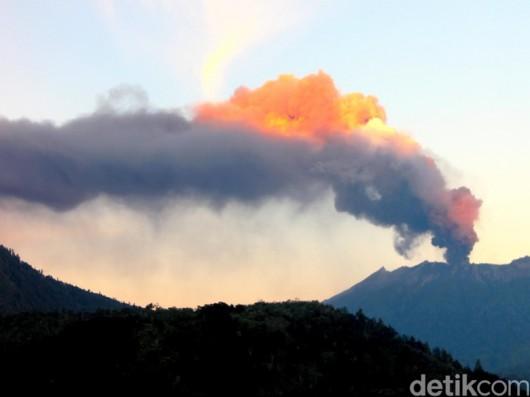 Jawa, Indonezja - Wstrzymany ruch lotniczy i zamknięte lotniska, wszystko z powodu dużej aktywności wulkanu Raung -3