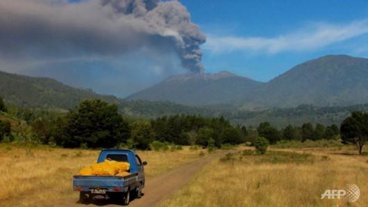 Jawa, Indonezja - Wstrzymany ruch lotniczy i zamknięte lotniska, wszystko z powodu dużej aktywności wulkanu Raung -5