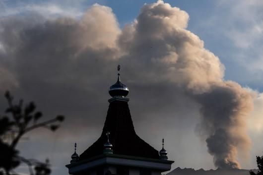 Gunung Raung mengeluarkan awan panas terlihat dari Desa Melaten, Bondowoso, Jawa Timur, Minggu (12/7). Gunung Raung yang terletak di perbatasan Kabupaten Banyuwangi, Bondowoso dan Jember itu terus menunjukkan aktivitas vulkaniknya dan menyebabkan terjadi hujan abu tipis di sejumlah wilayah. ANTARA FOTO/Zabur Karuru/foc/15.