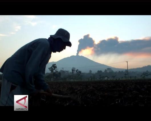 Jawa, Indonezja - Wstrzymany ruch lotniczy i zamknięte lotniska, wszystko z powodu dużej aktywności wulkanu Raung -8