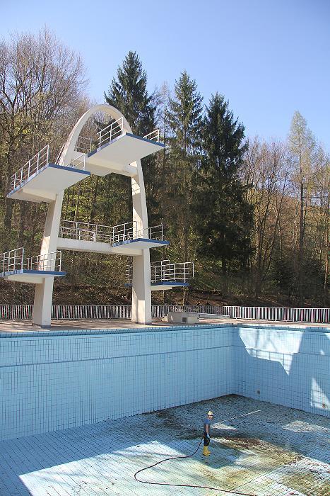 Kulmbach, Niemcy - Włamali się do basenu publicznego, weszli na skocznie i skoczyli do pustego basenu