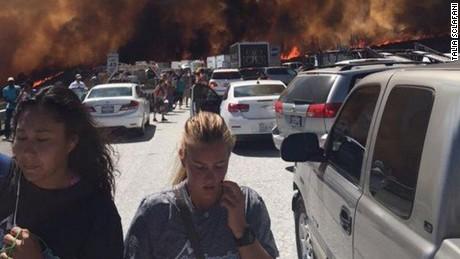Los Angeles, USA - Pożar lasów dotarł do autostrady międzystanowej -6