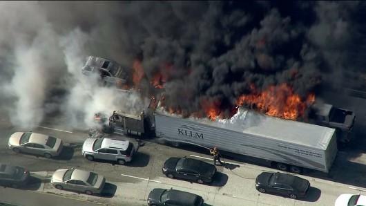Los Angeles, USA - Pożar lasów dotarł do autostrady międzystanowej -7