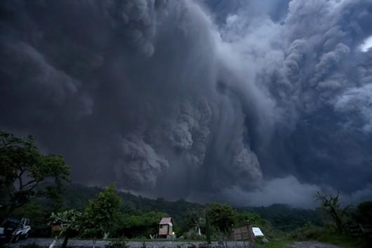 Meksyk - Ogromne ilości popiołu i lawy z wulkanu Colima -4