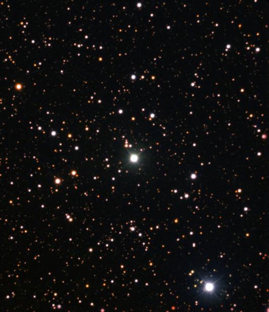 Nova Centauri 2013 jako najjaśniejsza gwiazda w centrum obrazu z lipca 2015 roku