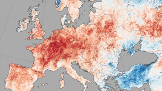Odchylenie średniej temperatury podłoża w Europie w okresie od 30 czerwca do 9 lipca //NASA Earth Observatory