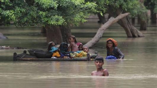 Pakistan - Co najmniej 32 ofiary powodzi i błota, 350 tysięcy osób straciło domy