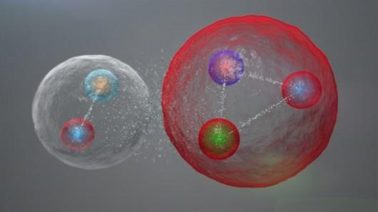Pięć kwarków może połączyć się też w dwie cząstki: mezon (po lewej) i barion /CERN / LHCb Collaboration /