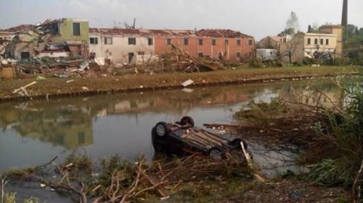 Pianiga, Włochy - Latały dachy domów i samochody, trąba powietrzna szalała w pobliżu Wenecji 10