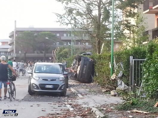 Pianiga, Włochy - Latały dachy domów i samochody, trąba powietrzna szalała w pobliżu Wenecji 11