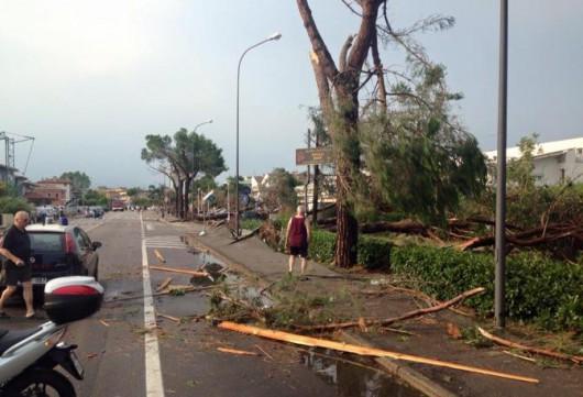 Pianiga, Włochy - Latały dachy domów i samochody, trąba powietrzna szalała w pobliżu Wenecji 4