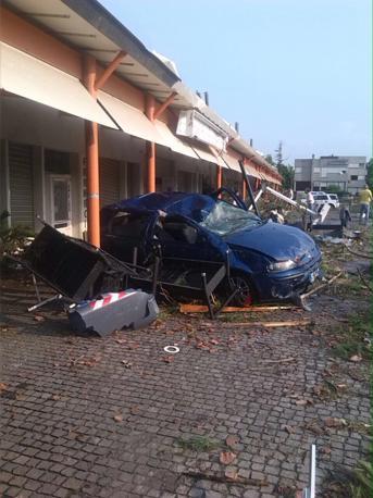 Pianiga, Włochy - Latały dachy domów i samochody, trąba powietrzna szalała w pobliżu Wenecji 5