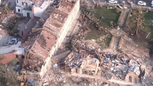 Pianiga, Włochy - Latały dachy domów i samochody, trąba powietrzna szalała w pobliżu Wenecji