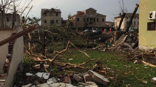 Pianiga, Włochy - Latały dachy domów i samochody, trąba powietrzna szalała w pobliżu Wenecji 8