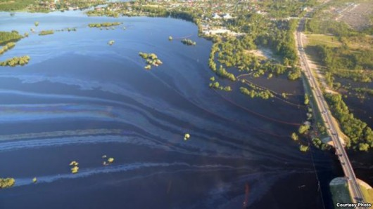 Rosja - Katastrofa ekologiczna w Nieftiejugansk, ropa z uszkodzonego ropociągu dostała się do wody 2
