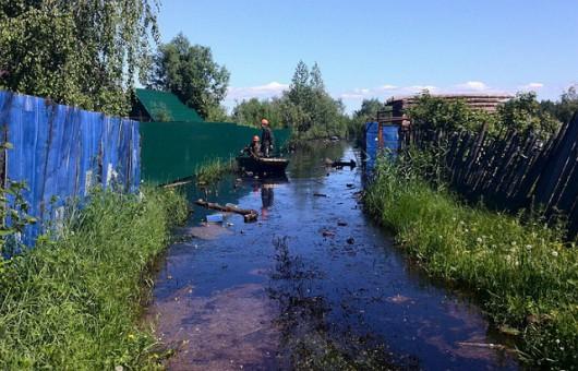 Rosja - Katastrofa ekologiczna w Nieftiejugansk, ropa z uszkodzonego ropociągu dostała się do wody 3