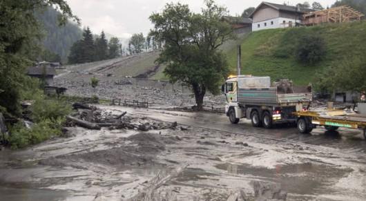 Salzburg, Austria - Lawina błotna uwięziła 5 tysięcy osób blokując główną drogę -4