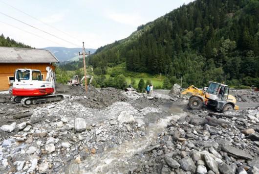 Salzburg, Austria - Lawina błotna uwięziła 5 tysięcy osób blokując główną drogę