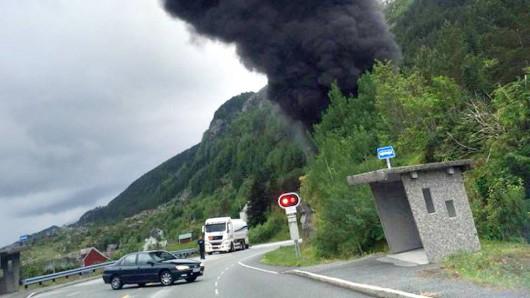 Sogn og Fjordane, Norwegia - Cysterna przewożąca 16.5 tysiąca litrów paliwa uderzyła w ścianę i wybuchła -2