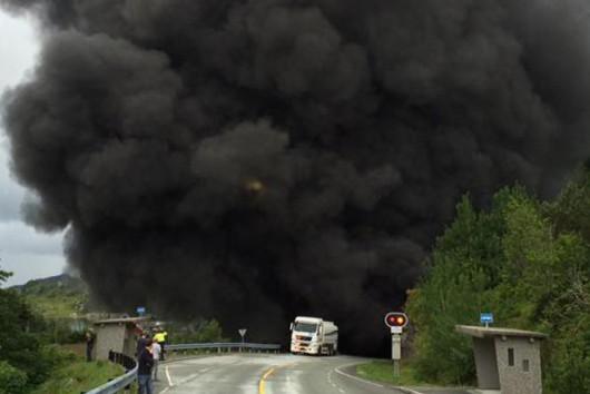 Sogn og Fjordane, Norwegia - Cysterna przewożąca 16.5 tysiąca litrów paliwa uderzyła w ścianę i wybuchła -4