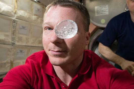 Terry Virts i jego musująca tabletka /NASA /