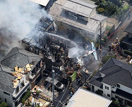 Tokio, Japonia - Awionetka spadła na domy i spowodowała duży pożar -5