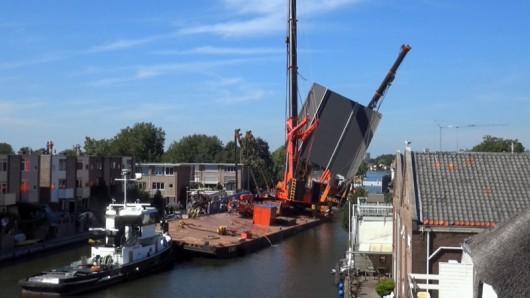 Alphen aan den Rijn, Holandia - Dwa dźwigi używane do budowy mostu runęły na domy -2
