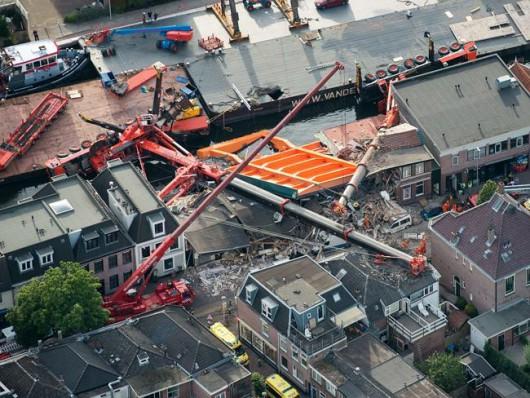 Alphen aan den Rijn, Holandia - Dwa dźwigi używane do budowy mostu runęły na domy -4