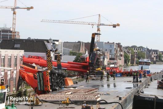 Alphen aan den Rijn, Holandia - Dwa dźwigi używane do budowy mostu runęły na domy