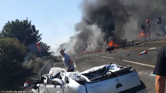 Brighton, UK - Rozpoczęło się podnoszenie wraku samolotu, który runął na drogę ekspresową A-27 -3