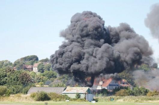 Brighton, UK - Rozpoczęło się podnoszenie wraku samolotu, który runął na drogę ekspresową A-27