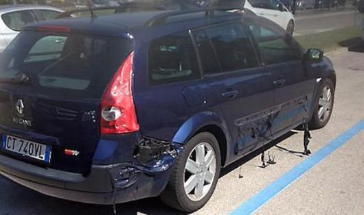 Caorle, Włochy - Z powodu upałów topią się plastikowe elementy w samochodach 1