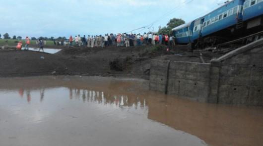 Indie - Wykoleiły się dwa pociągi podczas przekraczania zalanego mostu -1