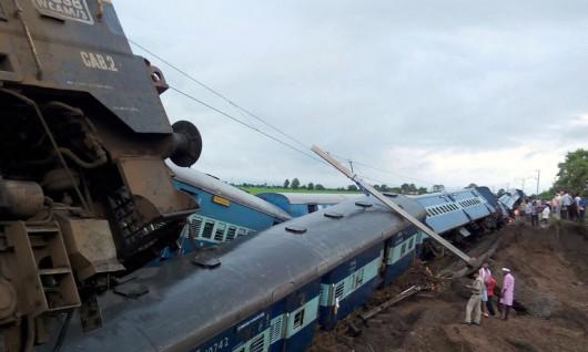 Indie - Wykoleiły się dwa pociągi podczas przekraczania zalanego mostu -2