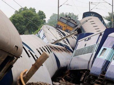 Indie - Wykoleiły się dwa pociągi podczas przekraczania zalanego mostu -3