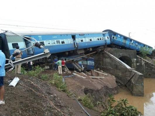 Indie - Wykoleiły się dwa pociągi podczas przekraczania zalanego mostu -4